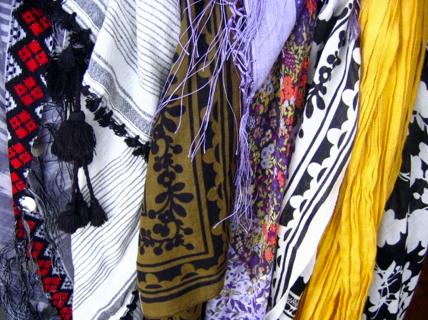 le foulard simple bout de tissu roi des accessoires. Black Bedroom Furniture Sets. Home Design Ideas