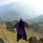 7748509678_le-cascadeur-gary-connery-utilise-un-wingsuit-lors-de-ses-sauts-en-chute-libre