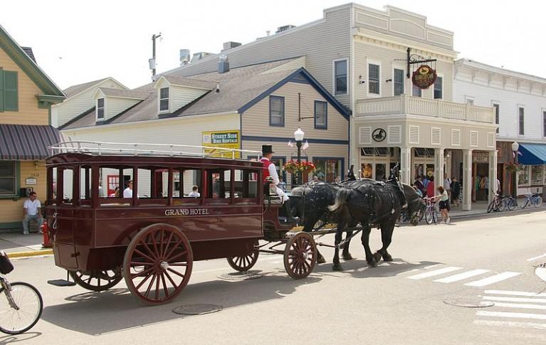 800px-Mackinac_Island_Grand_Hotel_Taxi